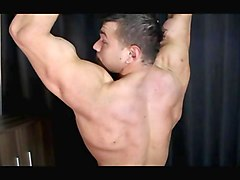 hunk has a hot time showing his muscles off